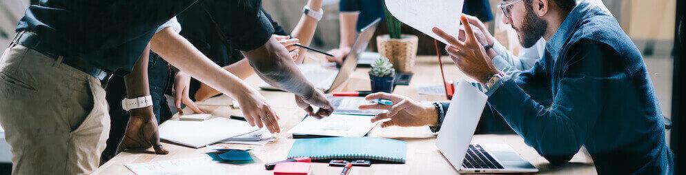 Arbeitsgruppe mit Tisch in Brainstorming Situation