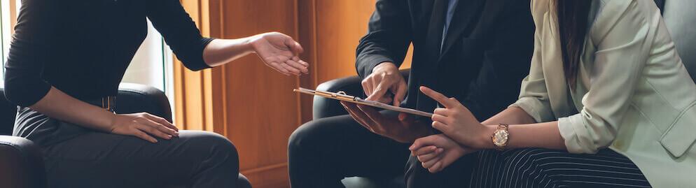 Geschäftsmann und Geschäftsfrau diskutieren, sprechen, beraten und Brainstorming mit Partner und Kunde im Büro.